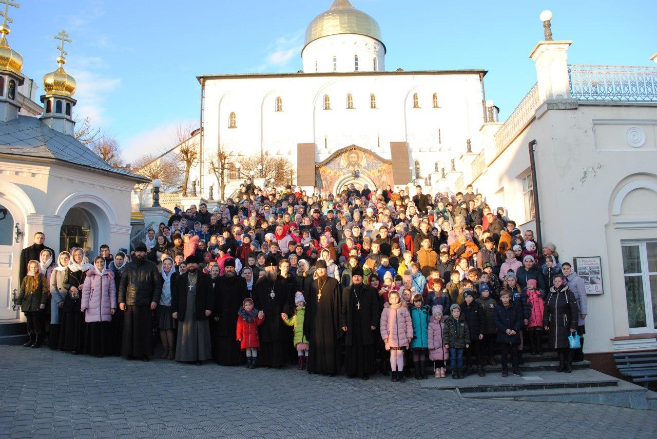 Близько 300 потребуючих дітей взяли участь у благодійній акції у Почаєві