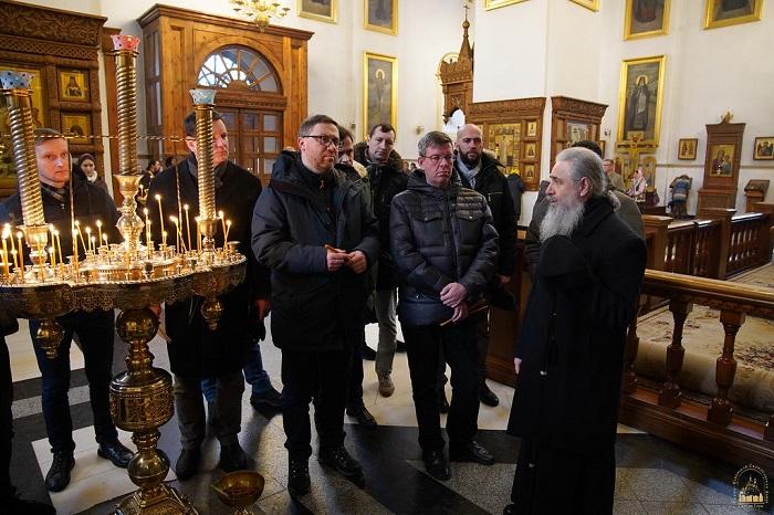 Посли країн Балтії та Польщі передали гуманітарну допомогу донбасівцям і відвідали Святогірську лавру