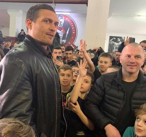 Боксер Олександр Усик відвідав святині УПЦ (МП) Рівненщини