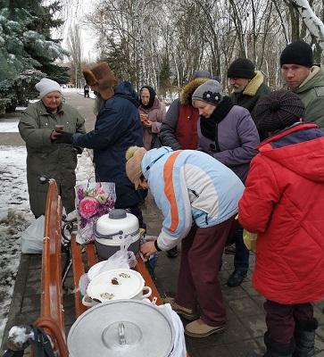 Протестанти годують безхатченків Броварів на Київщині
