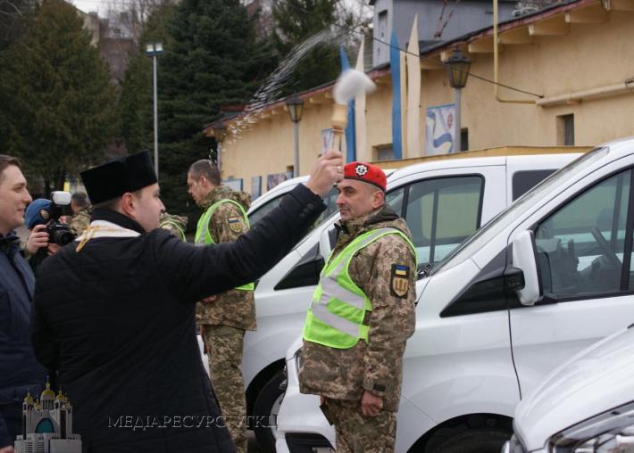 Капелани УГКЦ благословили канадські автомобілі для ЗСУ