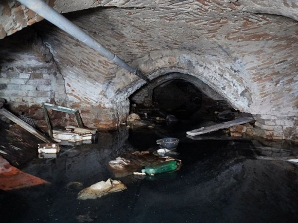 Монастирські підземелля у Луцьку затопило водою