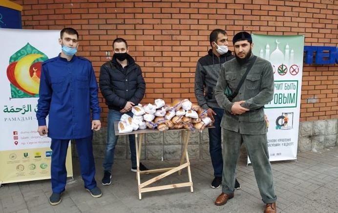 Мусульмани Дніпра безкоштовно роздавали хліб потребуючим мешканцям міста