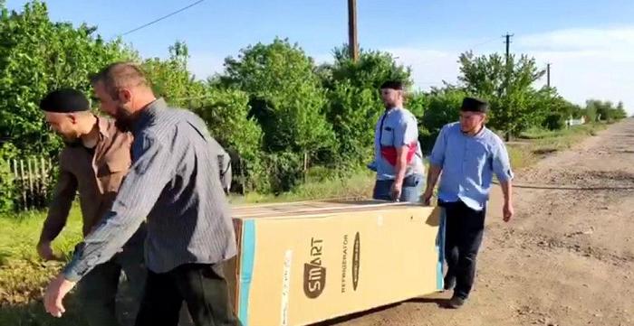 Мусульмани подарували новий холодильник з продуктами нужденній родині на Херсонщині