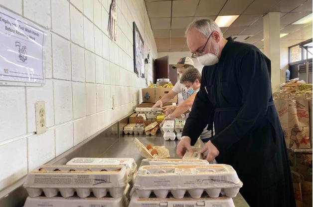 УПЦ в США (Константинопольського Патріархату) роздала потребуючим американцям понад 800 продуктових наборів