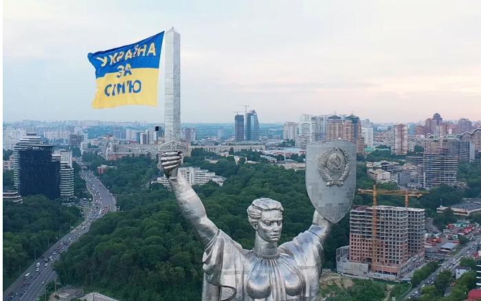 ЛГБТ-активісти і християни підняли свої пропори над монументом Батьківщини-матері в Києві