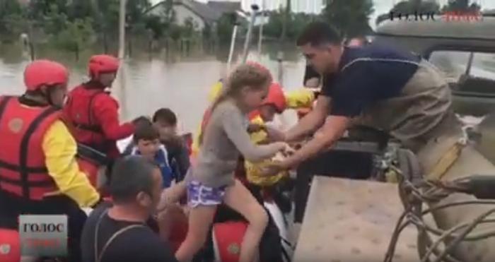 «Місія християнина» врятувала дітей з затопленого дитбудинку Прикарпаття