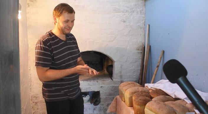 Священник УПЦ (МП) створив міні-пекарню і розвозить велосипедом хліб