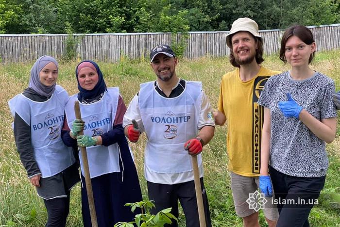 Волонтери-мусульмани заклали сквер для підопічних інтернату на Житомирщині