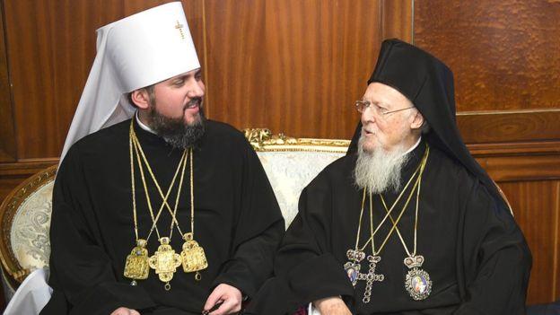 ПЦУ включилась в обговорення способу причащання, скоротила програму святкувань річниці Хрещення Руси-України та виключила архієрея зі складу єпископату