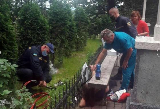 На Закарпатті госпіталізували жінку, яка наштрикнулась на гострий паркан церкви