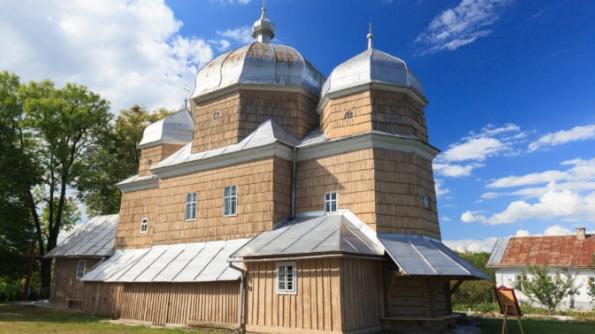 На Львівщині відзначають 270-ліття дерев'яної церкви, а на Вінниччині гниє церква кінця XVIII - початку XIX ст.