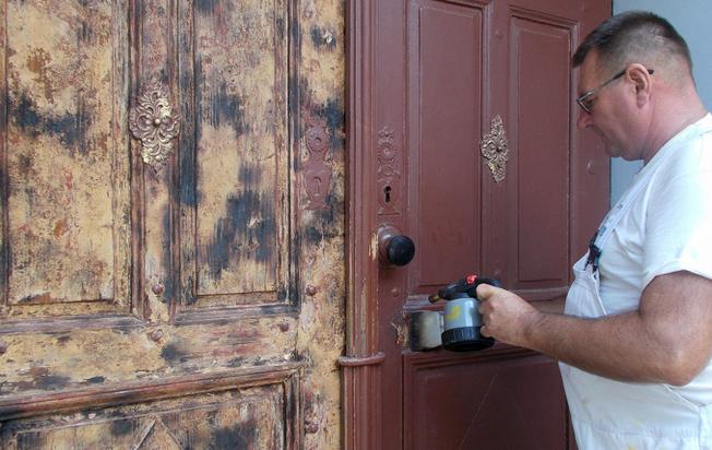 В Ужгороді оновлюють двері 250-річного костьолу