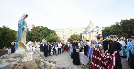 Глава ПЦУ освятив у Хмельницькому скульптурні композиції Божої Матері та апостола Андрія Первозванного