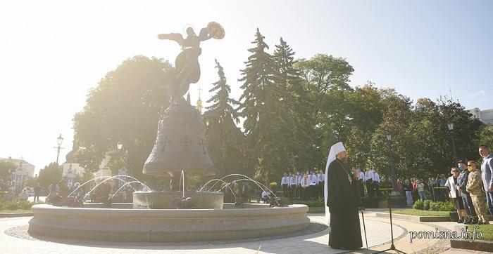 У столиці відкрили фонтан зі скульптурою архістратига Михаїла