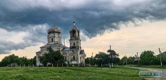 Блискавка підпалила купол церкви на Одещині