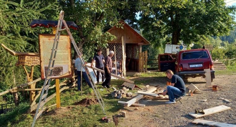 Лісівники облаштовують паломницькі місця поблизу найстарішого храму Гуцульщини