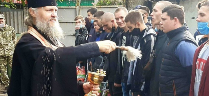 Священники УПЦ (МП) благословили призовників та військових на несення служби