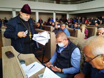 Сесію Черкаської міськради розпочав священник ПЦУ проханням долучитися до збору коштів на храм