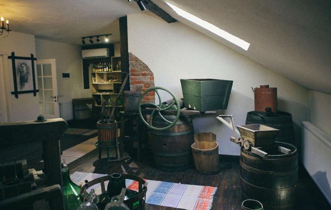 В Ужгороді у будинку священника діє музей виноробства