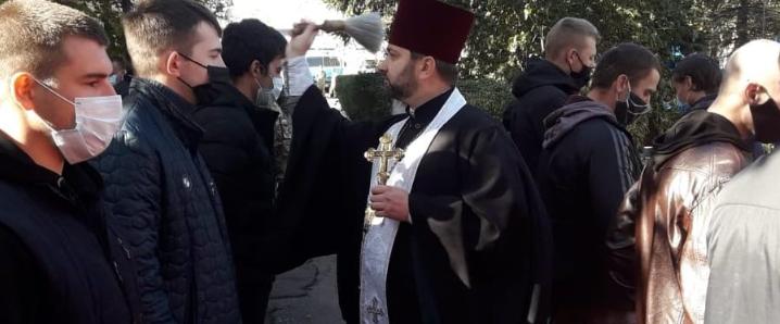 Священники УПЦ (МП) відспівують загиблих курсантів і звершують молебні для призовників ЗСУ