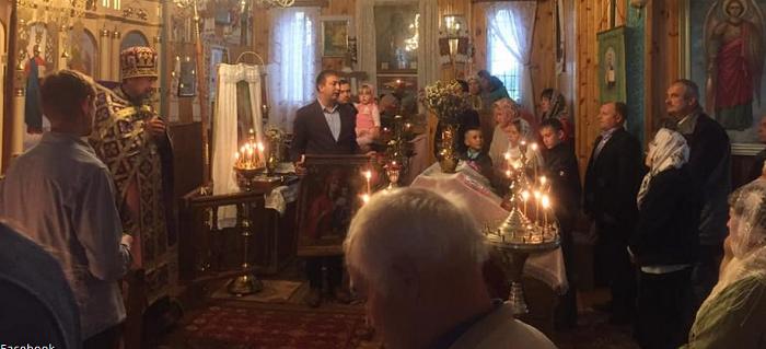 На Житомирщині висуванець у депутати дарує церквам ікони