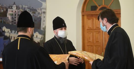 Глава ПЦУ вручив священникам понад 50 комплектів нового богослужбового облачення