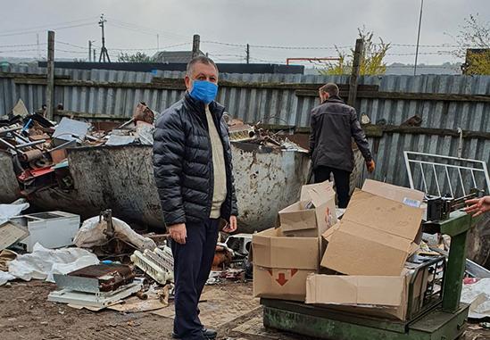 Священник УГКЦ допомагає вбогим Київщини, сортуючи сміття в парафії