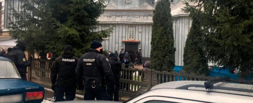Поліція відкрила три кримінальні справи після сутичок вірян на Буковині
