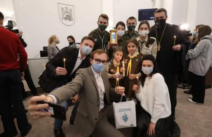 Скаути передали у Львівську міськраду Вифлеємський вогонь миру