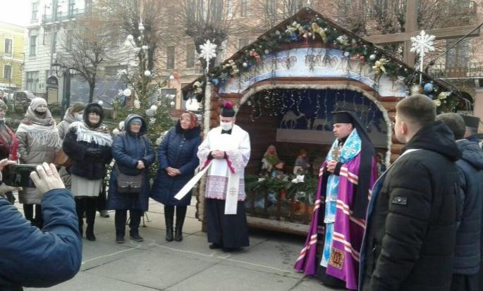 Римо- і греко-католики освятили вертеп на головній площі Чернівців