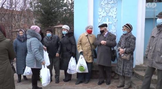 Греко-католики Хмельницького вручили 69 святкових пакунків «дітям війни»