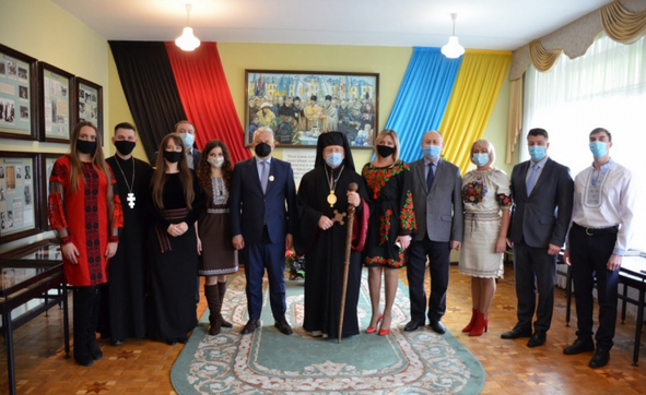 Єпископ УГКЦ передав до музею копію посмертної маски Степана Бандери