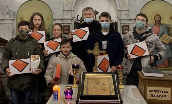 У парафіях УГКЦ дітям із багатодітних родин роздають планшети для дистанційного навчання