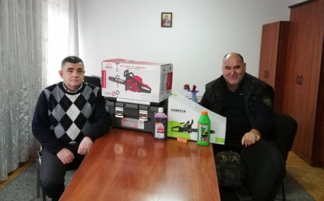 У Коломиї студенти і викладачі передали капеланові УГКЦ бензопили та набори буд- і сантехнічних інструментів для воїнів