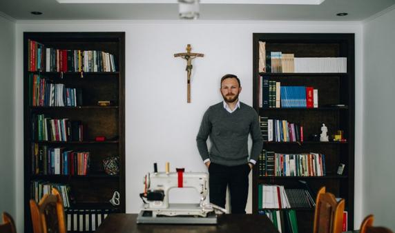 На Львівщині священник УГКЦ навчив парафіян шити й віднадив від пияцтва