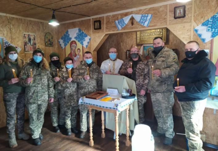 Капелан УГКЦ освятив стрітенські свічки для воїнів в зоні ООС