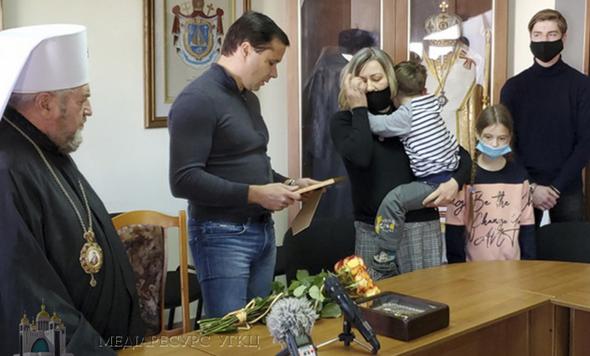 Дружині та чотирьом дітям покійного священника УГКЦ подарували житло