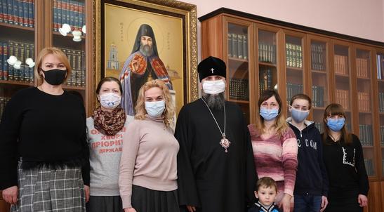 Глава ПЦУ зустрівся з людьми з рідкісними захворюваннями і передав їм медичне устаткування