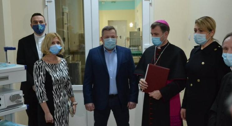 Лікарня в Маріуполі отримала обладнання від «Папи для України»