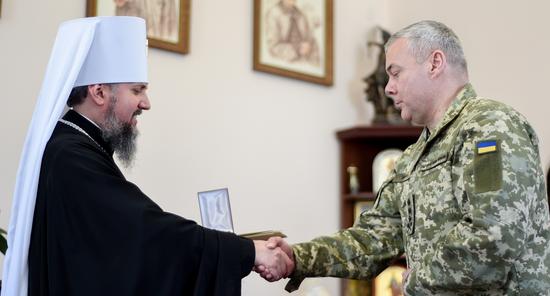 Глава ПЦУ нагородив генерал-лейтенанта та освятив 5000 пасок для військових