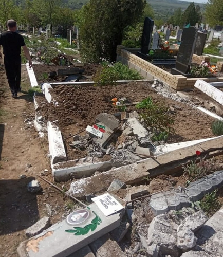 В Криму і на Донбасі окупанти руйнують кладовища