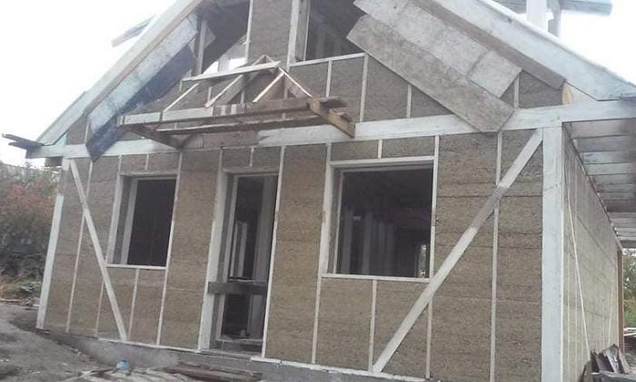 Священник ПЦУ будує перший на Сумщині будинок з коноплі