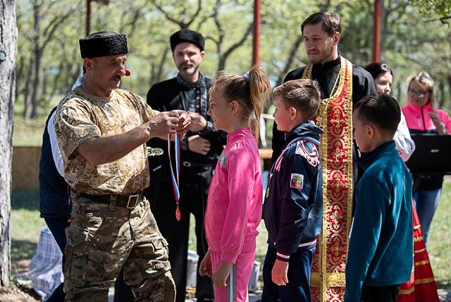 УПЦ (МП) нагородила обвинуваченого у державній зраді екс-міністра оборони і отримує від нього допомогу на «військово-патріотичне» виховання дітей