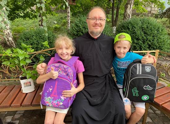 Митрополит ПЦУ передав для сотні потребуючих дітей на Донеччині ранці та шкільне приладдя