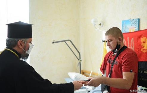 Митрополит Епіфаній відвідав поранених захисників України та освятив дзвін військової церкви