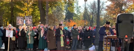 Віряни УПЦ (МП) біля парламенту масово протестують проти вакцинації